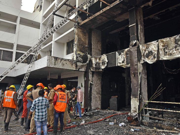 होटल में आग लगने के बाद राहत कार्य में जुटे एनडीआरएफ की कर्मचारी।