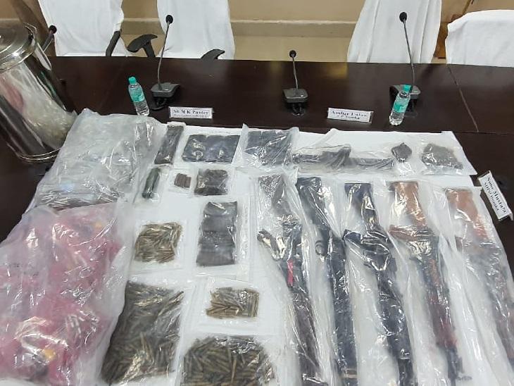 निशानदेही वाले स्थानों पर पुलिस ने छापामारी कर भारी संख्या में हथियार, गोली, डेटोनेटर बरामद किया।