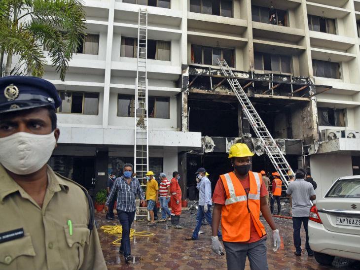 कोविड सेंटर बनाए गए होटल में आग लगने के बाद जांच करते एनडीआरएफ के कर्मचारी।