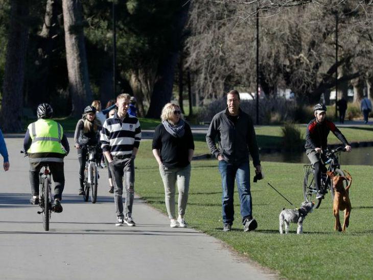 न्यूजीलैंड में क्राइस्ट चर्च के एक पार्क में रविवार सुबह टहलते लोग। यहां सरकार संक्रमण पर काबू पाने में बहुत हद तक सफल हुई है।