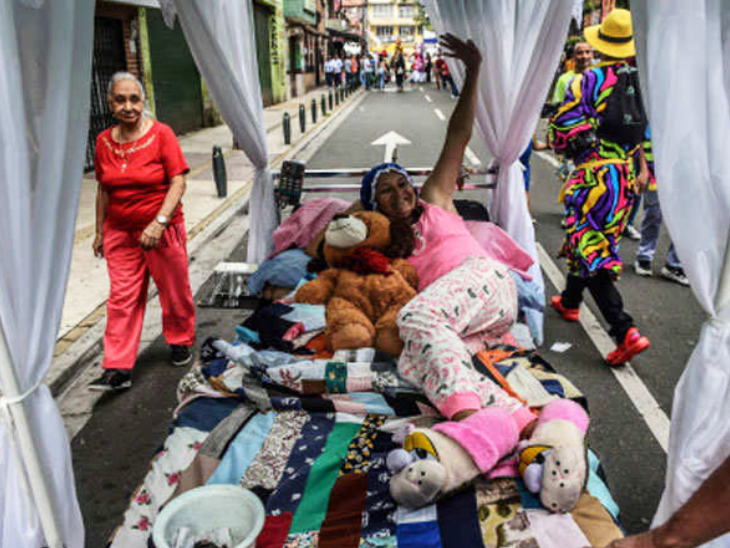 कोलंबिया के इटैग्यूई शहर में 1985 से लोग हर साल 10 अगस्त को लोग गद्दे और बिस्तर लेकर आते हैं और सड़क पर सोते हुए वक्त गुजारते हैं।