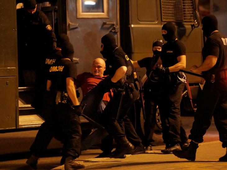 राजधानी मिंस्क में प्रदर्शनकारियों को गिरफ्तार कर ले जाती पुलिस।