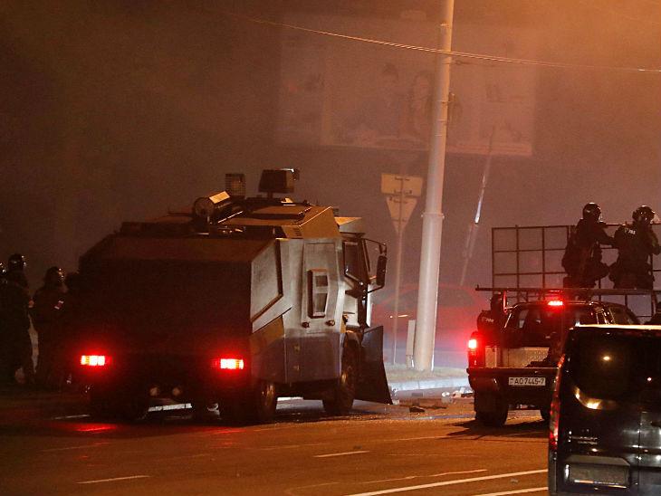 मिंस्क के हीरो सिटी पार्क में प्रदर्शनकारियों पर आंसू गैस के गोले और रबर की गोलियां दागती पुलिस।