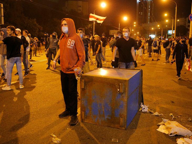राजधानी मिंस्क के साथ ही दूसरे शहरों में भी प्रदर्शन हो रहे हैं। तीन हजार प्रदर्शनकारी गिरफ्तार भी किए गए हैं।