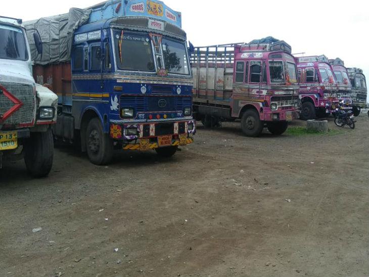 हड़ताल के बाद भोपाल में ट्रकों के पहिए थम गए हैं।