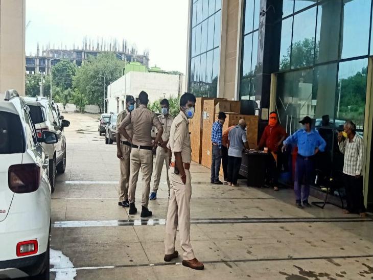 अस्पताल में मरीज के कूदने की सूचना पर स्थानीय पुलिस भी पहुंच गई है।