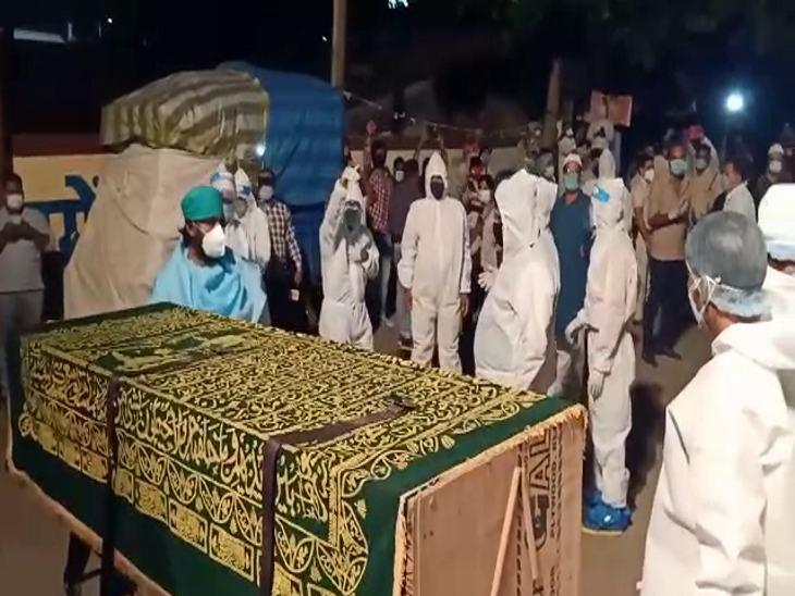 पीपीई किट पहनकर पार्थिव देह को कब्रिस्तान के भीतर लेकर गए।