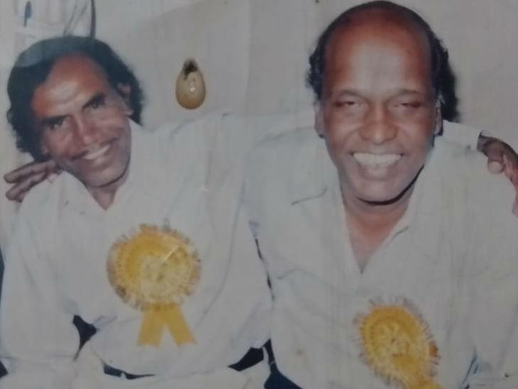 कौमी एकता मुशायरे के आयोजक असर ललितपुरी के साथ राहत इंदौरी।