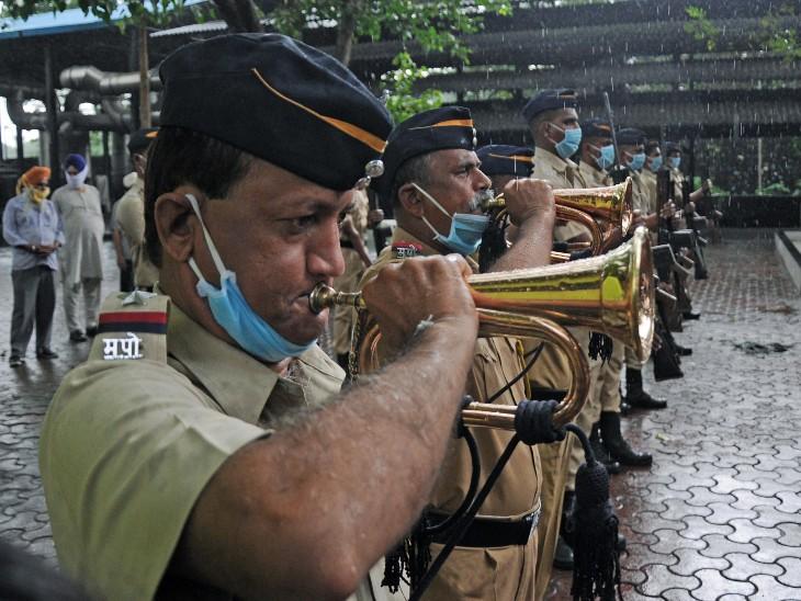 मुंबई पुलिस के जवानों ने बिगुल बजाकर केप्टन साठे को अंतिम विदाई दी।