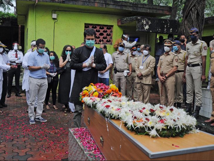 कोरोना संक्रमण काल की वजह से कुछ ही लोगों को उनके अंतिम संस्कार में शामिल होने की अनुमति दी गई थी।