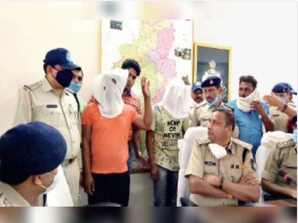 पुलिस ने जब देवेंद्र को गिरफ्तार किया था तब उसने पत्रकार वार्ता में हाथ उठाकर बताया था कि वो आईटी एक्सपर्ट और सिविल इंजीनियर है।