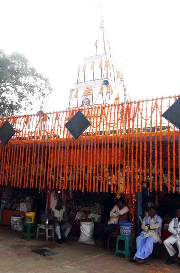 इस साल कोरोना की वजह से बहुत कम भक्त मंदिर पहुंचे हैं।