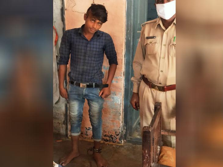 भैंस चोरी के आरोपित युवक को पुलिसवालों ने लोहे की बेड़ियों में जकड़ा, सीओ को मिली जांच, तस्वीर वायरल|उत्तरप्रदेश,Uttar Pradesh - Dainik Bhaskar