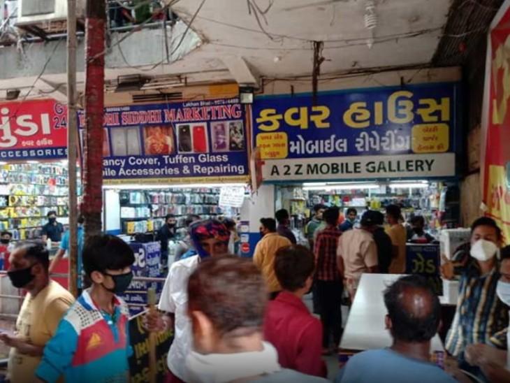 अहमदाबाद का फेमस मूर्तमंत कॉम्पलेक्स, जहां कार्रवाई के बाद लोगों ने मास्क पहन लिए। - Dainik Bhaskar