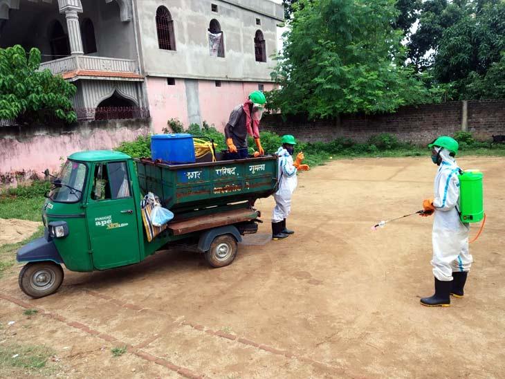 कोरोना संक्रमण के चेन को तोड़ने के लिए गुमला के विभिन्न स्थानों पर सैनिटाइज करते कर्मी।