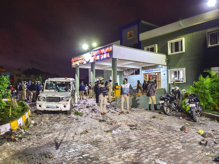 डीजे हल्ली पुलिस स्टेशन में उपद्रवी करीब एक घंटे तक तोड़फोड़ करते रहे।