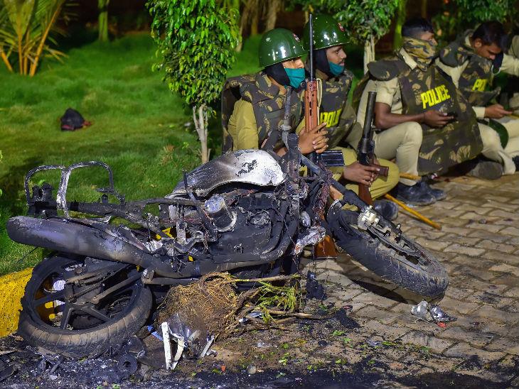 हिंसा में 250 से ज्यादा वाहनों को नुकसान पहुंचा है।