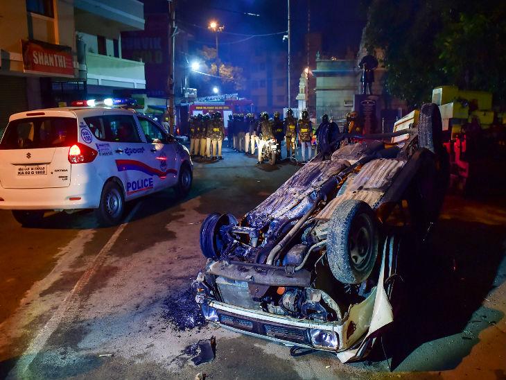 उपद्रवियों ने पुलिस की गाड़ी में आग लगा दी।