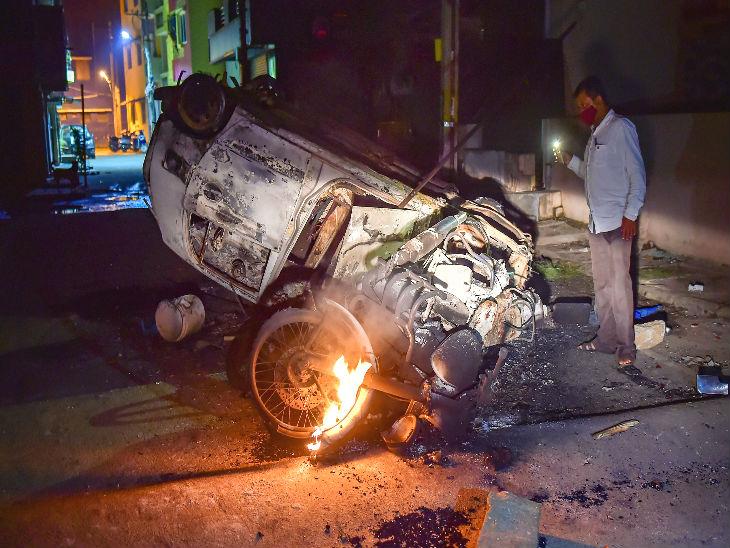 यह तस्वीर केजी हल्ली पुलिस स्टेशन के पास की है। हिंसा के दौरान यहां 20 गाडियों को नुकसान पहुंचा।