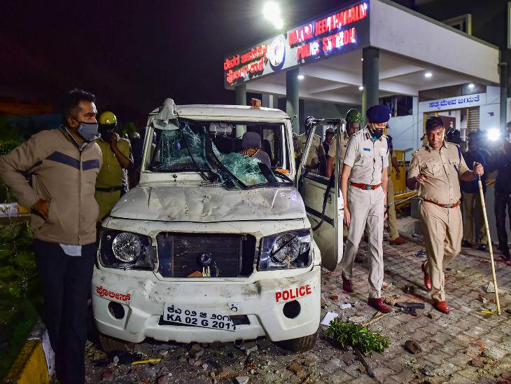 यह फोटो डीजे हल्ली पुलिस स्टेशन की है। उपद्रवियों ने देर रात बाहर खड़े पुलिस के वाहनों में भी आग लगा दी थी।
