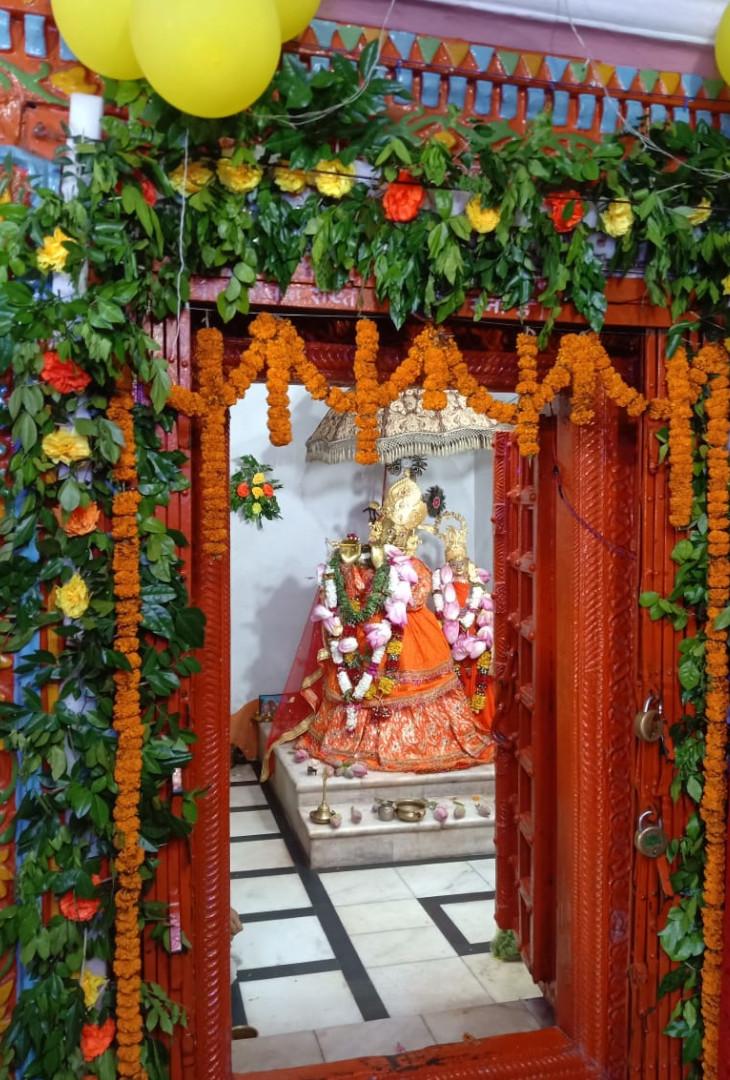 जन्माष्टमी के अवसर मंदिर को सजाया गया है, लेकिन कोरोना की वजह से यहां भक्तों का प्रवेश वर्जित है।