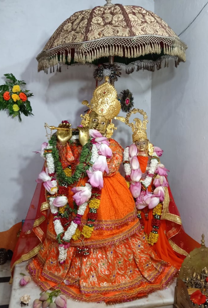 जमीन के ऊपर भगवान बंशीधर की मूर्ति का सिर्फ 5 फीट का हिस्सा दिखाई देता है। 5 फीट जमीन के अंदर दबा हुआ है।