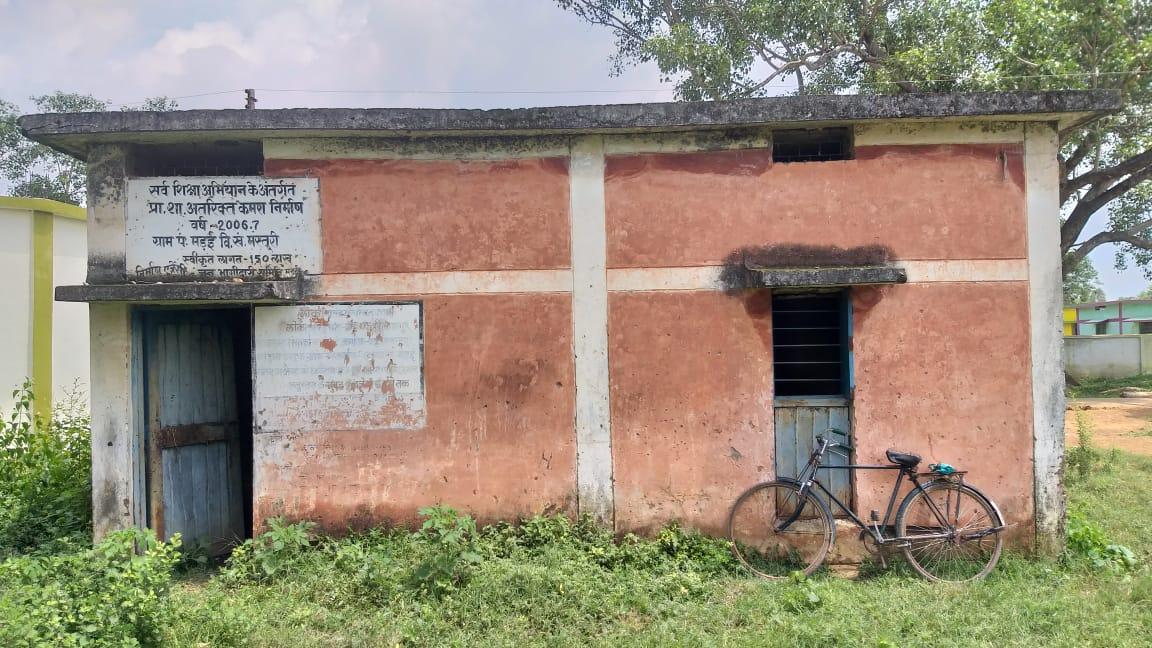 इस कमरे में रखा गया था मवेशियों को, आस-पास के कुछ गांवों में भी इसी तरह गायों को कैद करने की खबर है। अब ग्रामीणों को ऐसा करने से रोका जा रहा है।