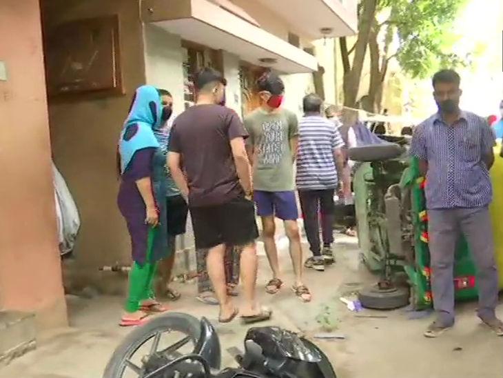 तोड़फोड़ और आगजनी के बाद विधायक के घर के बाहर जमा हुए लोग। फिलहाल यहां कर्फ्यू लगा दिया गया है।