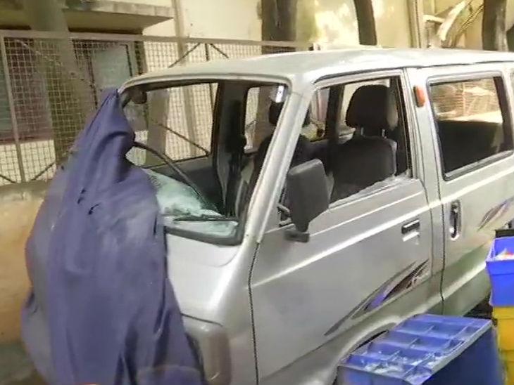 उपद्रवियों ने कई गाड़ियों में तोड़फोड़ की। विधायक के घर के बाहर एक क्षतिग्रस्त वैन।