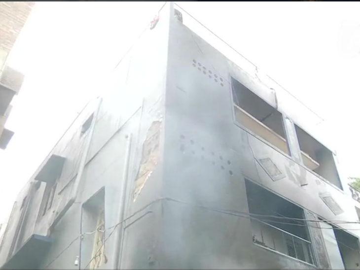 यह फोटो कांग्रेस विधायक श्रीनिवास मूर्ति के घर का है। आगजनी से इसे नुकसान पहुंचा।