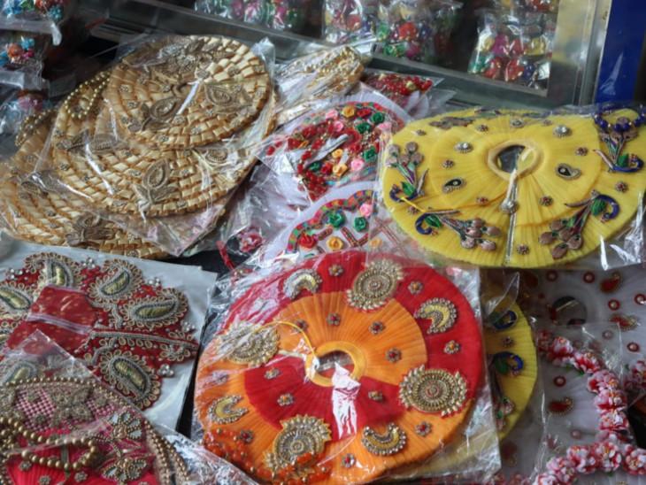 मथुरा में एक दुकान में रखी कृष्ण शृंगार की सामग्री।