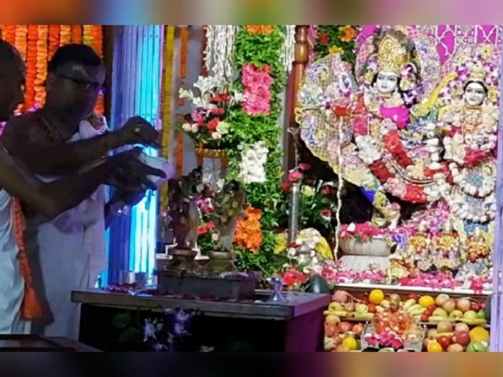 टाटीबंध के इस्कॉन मंदिर में दिन भर कीर्तन और भजन के कार्यक्रम होते रहे। यह रात के 12 बजे तक जारी रहेंगे। हरे रामा हरे कृष्णा गाते हुए भक्त मस्ती में झूम रहे हैं। मंदिर में भगवान श्रीकृष्ण का अभिषेक किया जा रहा है।