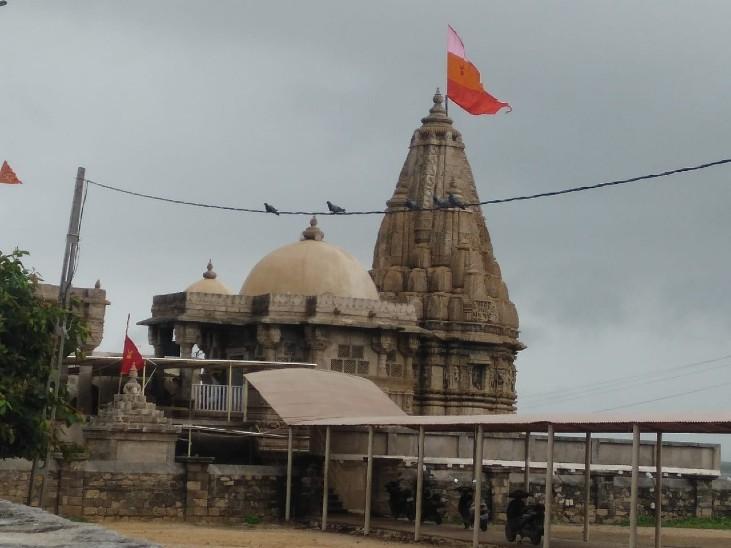 श्राप के चलते द्वारकानगरी का महल होने के बावजूद भी माता रुक्मणी के निवास के लिए यह मंदिर बनाया गया था।
