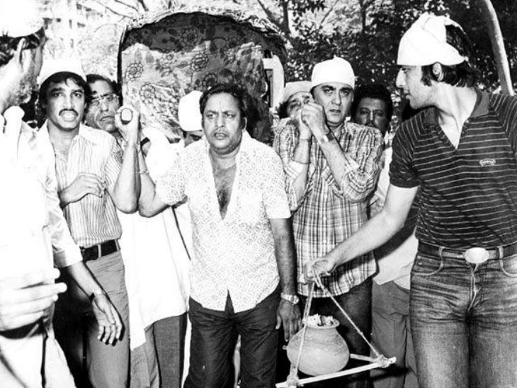 नरगिस की अंतिम यात्रा की फोटो, जिसमें सुनील दत्त ने उन्हें कांधा दिया है, वहीं संजय कलश लेकर चलते दिखाई दे रहे हैं
