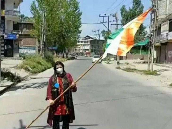 भाजपा की महिला मोर्चा की जिला अध्यक्ष राबिया रसूल ने 5 अगस्त को गांदरबल में तिरंगा झंडा फहराया था।