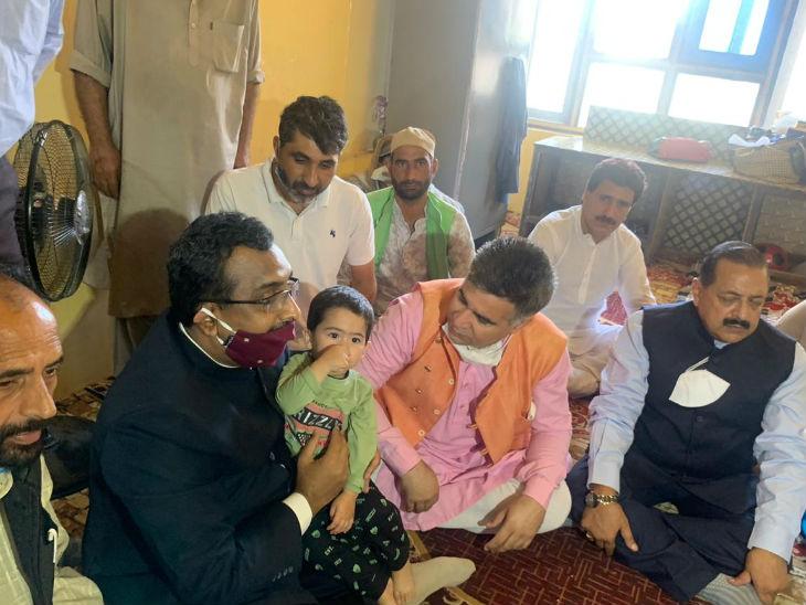 पिछले महीने भाजपा के राष्ट्रीय महासचिव राम माधव, जम्मू-कश्मीर भाजपा के अध्यक्ष रविंद्र रैना और केंद्रीय मंत्री जितेंद्र सिंह भाजपा नेता वसीम बारी के परिजनों से मिले थे।