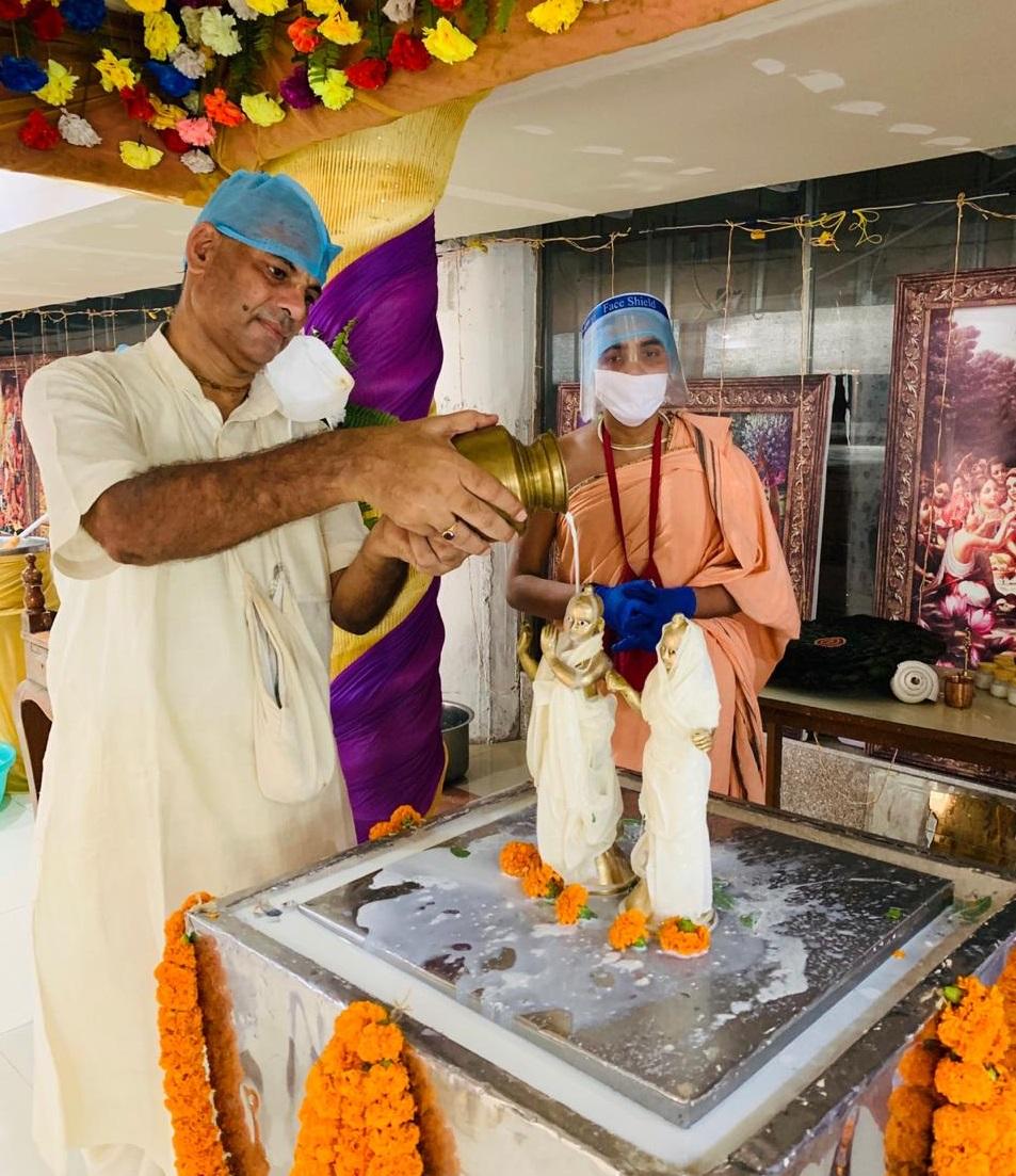 भगवान श्रीकृष्ण को पंचामृत से नहलाते इस्कॉन पटना के अध्यक्ष कृष्ण कृपा दास।