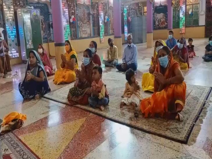 पटना सिटी के श्रीकृष्ण प्रमाणी मंदिर में भजन-कीर्तन करते भक्तगण।