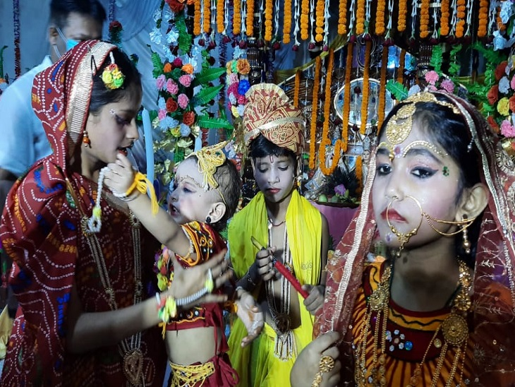 श्रीकृष्ण जन्माष्टमी के मौके पर लोगों ने बच्चों को भगवान कृष्ण के रूप में सजाया है।