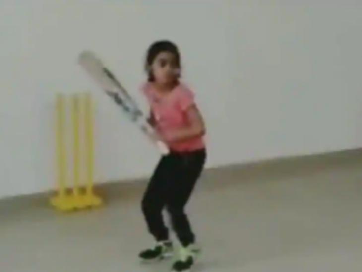7 साल की लड़की का हेलिकॉप्टर शॉट देखकर हैरान हुए आकाश चोपड़ा, वीडियो शेयर कर कहा- शॉट का नाम हेलिकॉप्टर, लेकिन लड़की रॉकेट है - Dainik Bhaskar