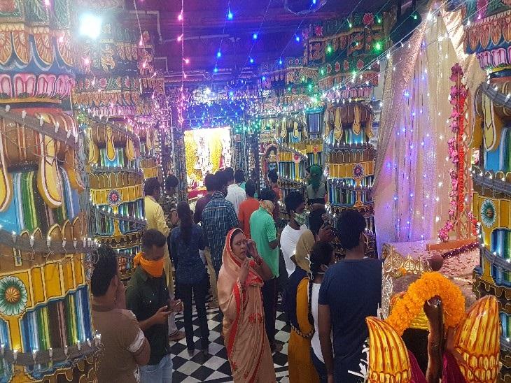 रायपुर स्थित जैतुसाव मठ में भगवान श्रीकृष्ण जन्मोत्सव में उमड़े भक्तजन। हालांकि कोरोना संक्रमण के चलते इस बार बड़े कार्यक्रम का आयोजन नहीं हुआ। वहीं भक्तों का प्रवेश भी सीमित रूप से ही हुआ।