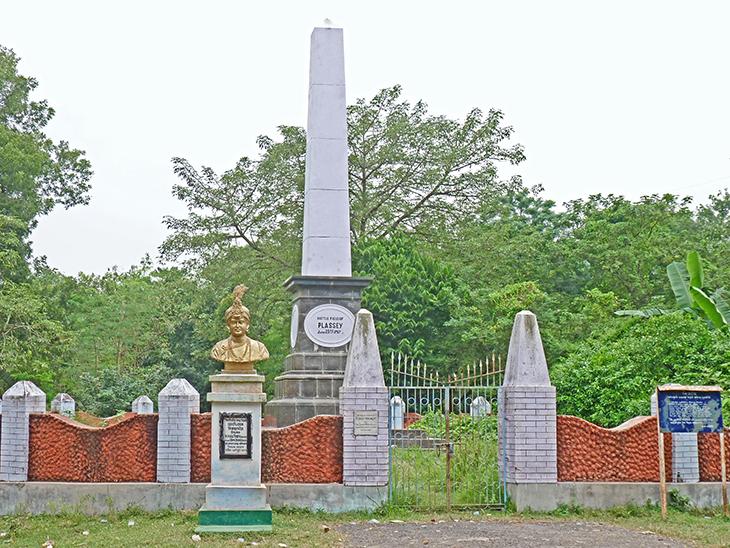 1757 के युद्ध में जीत को लेकर प्लासी में अंग्रेजों ने एक मेमोरियल बनाया था। कुछ साल पहले वहां सिराजुद्दौला की प्रतिमा स्थापित की गई है। ताकि यह भी नई पीढ़ी जान सके कि अंग्रेजों के खिलाफ आवाज उठाने वाला पहला शख्स सिराजुद्दौला था, जिसे मीर जाफर की गद्दारी की वजह से शहादत मिली।