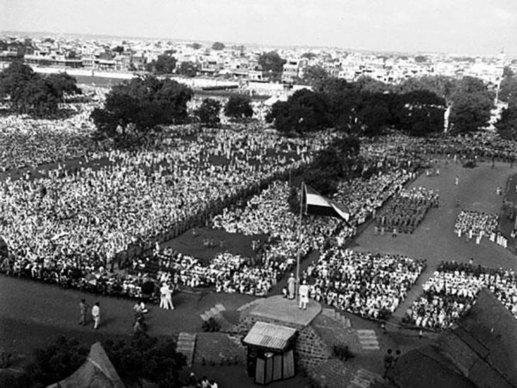 15 अगस्त को देश आजाद हुआ। लाल किले के पास पहले प्रधानमंत्री जवाहर लाल नेहरू ने दिल्ली के लाल किला स्थिति लाहौरी गेट पर तिरंगा फहराया था।