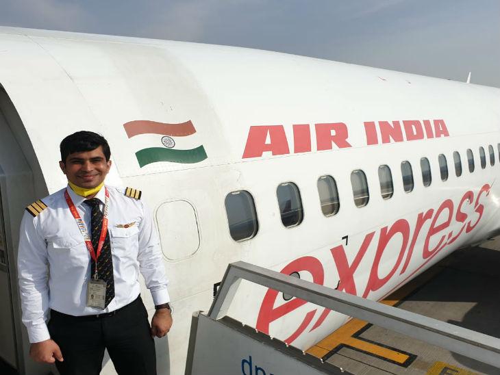 साल 2017 में अखिलेश एयर इंडिया में को-पायलट के रूप में भर्ती हुए थे। अखिलेश के दो भाई, राहुल और रोहित, हैं। दोनों उम्र में छोटे हैं।
