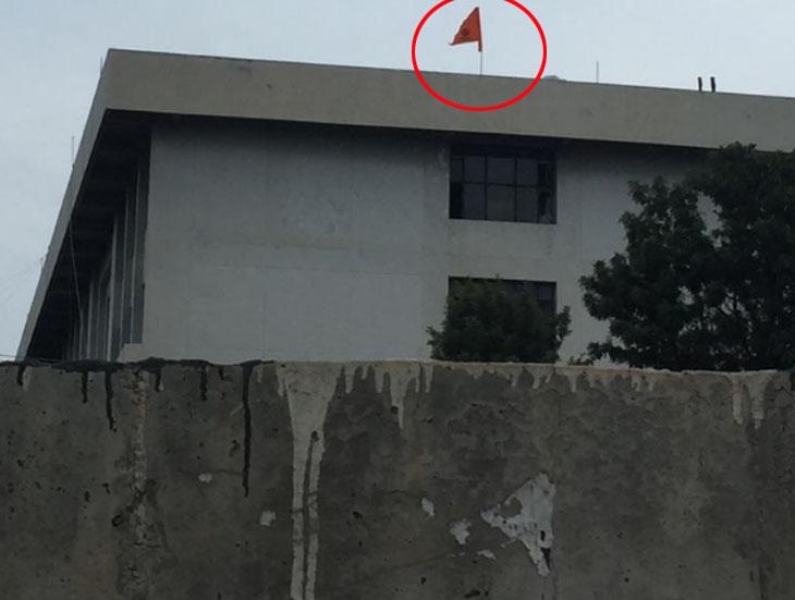 डीसी ऑफिस की छत पर फहराया गया विवादित केसरी झंडा, जिसमें खंडा (सिख पंथ में मान्यता प्राप्त निशान) छपा हुआ था और साथ ही खालीस्तान लिखा हुआ था।