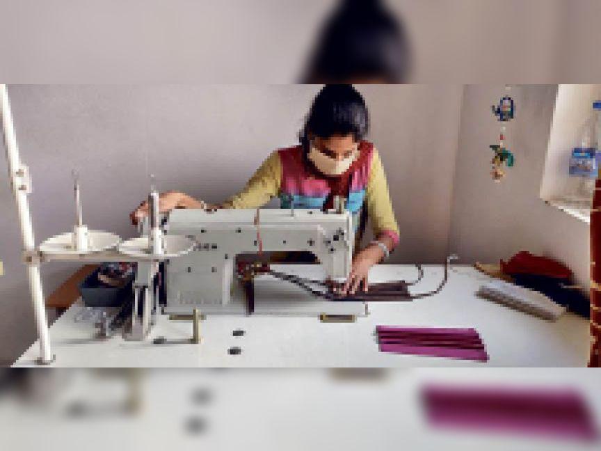 कोरोना काल में महिलाओं ने मास्क बनाने के काम को रोजगार में बदला, अब इन्हें मिल रहे दिल्ली, मुंबई और पुणे तक से ऑर्डर उदयपुर,Udaipur - Dainik Bhaskar