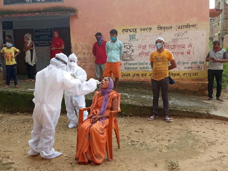 तस्वीर गढ़वा की। जिले में अब तक 707 कोरोना के मरीज मिल चुके हैं जिनमें से 534 स्वस्थ होकर घर लौट चुके हैं। मेडिकल टीम प्रखंडों के गांवों में जाकर एहतियात के तौर पर लोगों के सैंपल कलेक्ट कर रही है।