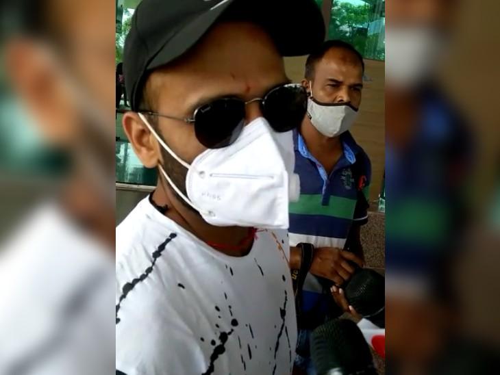 चेन्नई रवाना होने से पहले रांची के बिरसा मुंडा एयरपोर्ट पर सीएसके के गेंदबाज मोनू कुमार।