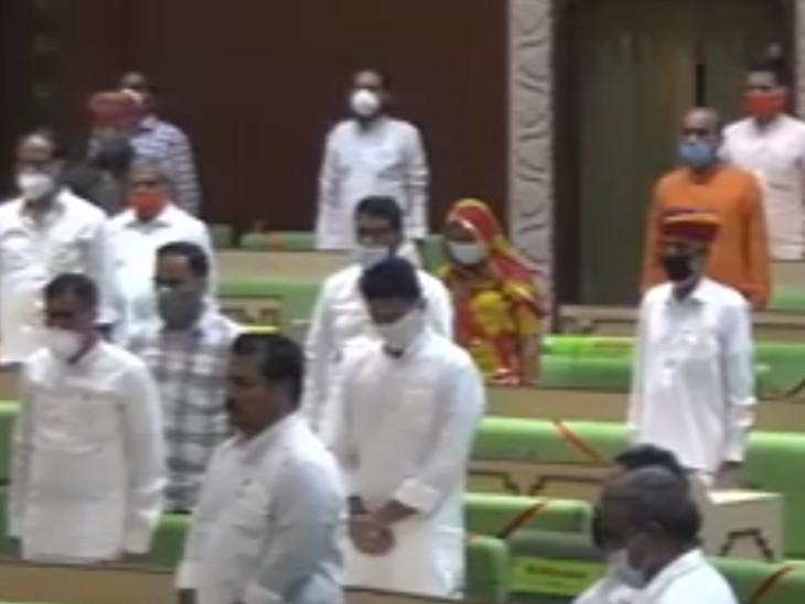 विधानसभा में पीछे की सीट पर दिखे सचिन पायलट। (तस्वीर वीडियो से ली गई है, इसलिए धुंधली है।)