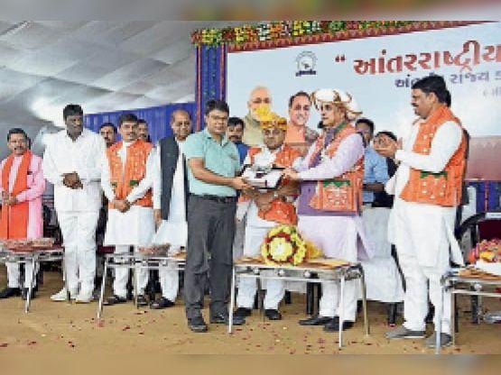 सीएम पहले भी डॉ.वसावा को कर चुके हैं सम्मानित। (फाइल फोटो) - Dainik Bhaskar